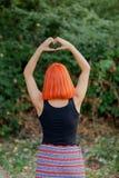 Dziewczyna robi kierowemu kształta symbolowi zdjęcia royalty free