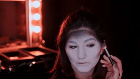 Dziewczyna robi makijażowi w stylu czarownicy Halloween zbiory wideo
