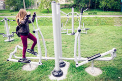 Dziewczyna robi niektóre ćwiczeniom w parku zdjęcie stock