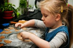 Dziewczyna robi piernikowym ciastkom dla bożych narodzeń Obrazy Royalty Free