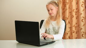 Dziewczyna robi pracie domowej używać laptop zbiory