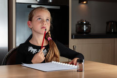 Dziewczyna robi pracy domowej główkowaniu fotografia stock