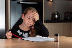 Dziewczyna robi pracy domowej główkowaniu fotografia royalty free