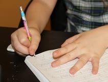 Dziewczyna robi pracy domowej szkoły podstawowej obrazy royalty free