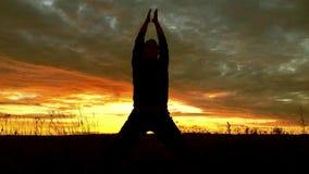 Dziewczyna robi ręka ruchy od joga zdjęcie wideo