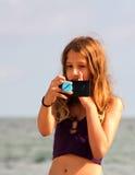 Dziewczyna robi selfie na dennej plaży obrazy royalty free
