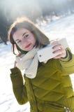 Dziewczyna robi selfie w zima parku Obrazy Royalty Free