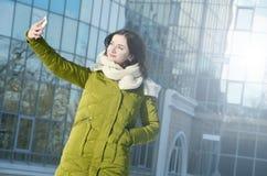 Dziewczyna robi selfie w zima parku Fotografia Stock
