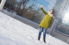 Dziewczyna robi selfie w zima parku Zdjęcie Royalty Free