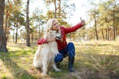 Dziewczyna robi selfie z jej psem na spacerze obrazy royalty free