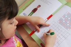 Dziewczyna robi up dla pracy domowej Obrazy Royalty Free