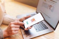 Dziewczyna robi zakupy Online zapłata, ręki trzyma smartphone obraz stock