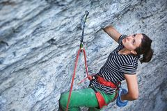 Dziewczyna rockowy arywista odpoczywa podczas gdy wspinający się na falezie zdjęcia stock