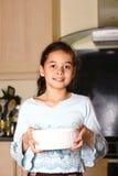 dziewczyna rodzinna pomaga jedzeniowym potomstwom. Obraz Stock