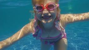 Dziewczyna 6 rok zabawa w basenie, nury Podwodny wideo zdjęcie wideo