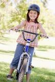 dziewczyna rowerów na zewnątrz uśmiecha się młodo Zdjęcia Royalty Free