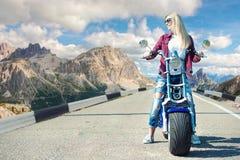 Dziewczyna rowerzysta jedzie motocykl wzdłuż halnej drogi zdjęcie royalty free