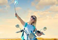 Dziewczyna rowerzysta siedzi na motocyklu i fotografował Relaksuje po wycieczki obrazy royalty free