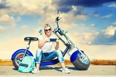 Dziewczyna rowerzysta siedzi na motocyklu Relaksuje po wycieczki obraz stock