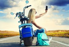 Dziewczyna rowerzysta siedzi na motocyklu Relaksuje po wycieczki zdjęcie stock