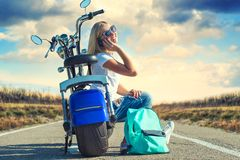 Dziewczyna rowerzysta siedzi na motocyklu Relaksuje po wycieczki zdjęcie royalty free