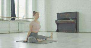 Dziewczyna rozciąga jeden noga dotyka rozciągliwości ćwiczenie zbiory