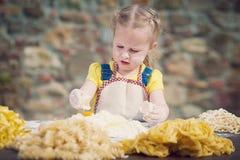 Dziewczyna roztrzaskuje jajko w mąkę dla makaronu Zdjęcia Royalty Free
