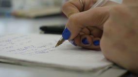 Dziewczyna rozważa czeki na kalkulatorze Wręcza kobieta kalkulatora pieniądze Żeński urzędników trzymać układa zdjęcie stock