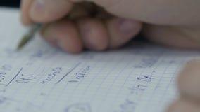 Dziewczyna rozważa czeki na kalkulatorze Wręcza kobieta kalkulatora pieniądze Żeński urzędników trzymać układa fotografia royalty free