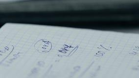Dziewczyna rozważa czeki na kalkulatorze Wręcza kobieta kalkulatora pieniądze Żeński urzędników trzymać układa obrazy royalty free