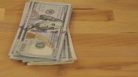 Dziewczyna rozważa dolary - ręce do góry Zakończenie bizneswomanu ` s wręcza liczyć sto dolarowych rachunków przy stołem zbiory