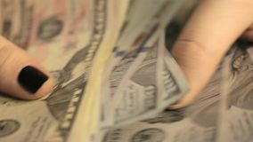 Dziewczyna rozważa dolary Zakończenie bizneswomanu ` s wręcza liczyć sto dolarowych rachunków przy stołem zbiory