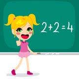 Dziewczyna Rozwiązuje Maths Kalkulacyjnych Fotografia Stock
