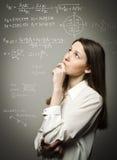 Dziewczyna rozwiązuje równanie Zdjęcia Royalty Free