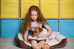 Dziewczyna Russell czyta książkę i dźwigarka Zdjęcia Stock