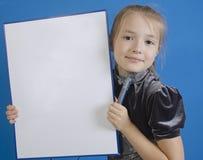 Dziewczyna rysuje na białej klingeryt desce Obrazy Royalty Free