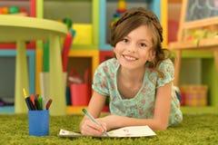 Dziewczyna rysuje w domu Obrazy Royalty Free
