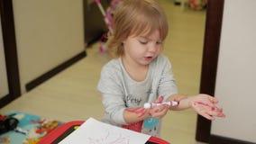 Dziewczyna rysuje z porady piórem na jej ręce