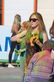 Dziewczyna rzutów farba Festiwal kolory Holi w Cheboksary, Chuvash republika, Rosja 05/28/2016 Obrazy Stock