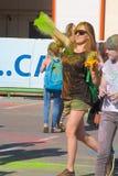 Dziewczyna rzutów farba Festiwal kolory Holi w Cheboksary, Chuvash republika, Rosja 05/28/2016 Obrazy Royalty Free