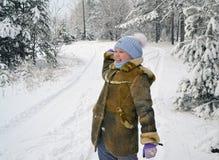 Dziewczyna rzutu snowball zimy dzień Fotografia Royalty Free