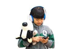 Dziewczyna słucha attentively muzyka zdjęcia royalty free