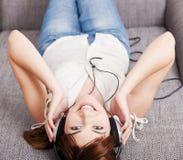 dziewczyna słucha muzykę Zdjęcie Stock