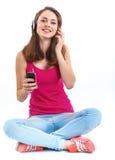 Dziewczyna słucha muzykę. obrazy stock