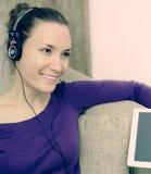 Dziewczyna słucha muzyka w domu zdjęcie royalty free