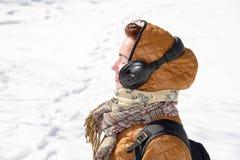 Dziewczyna słucha muzyka w zimie 2018 obrazy stock
