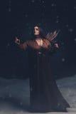 Dziewczyna sługa wędruje wokoło przy nocą zdjęcie royalty free