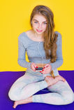 Dziewczyna słucha muzyka w lotos pozie Zdjęcia Stock