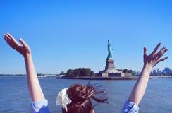 Dziewczyna salutuje statuę wolności Zdjęcie Stock