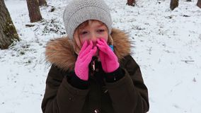 Dziewczyna samotnie w lesie w zimie zdjęcie wideo